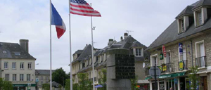 Isigny-sur-Mer, monument lettrine