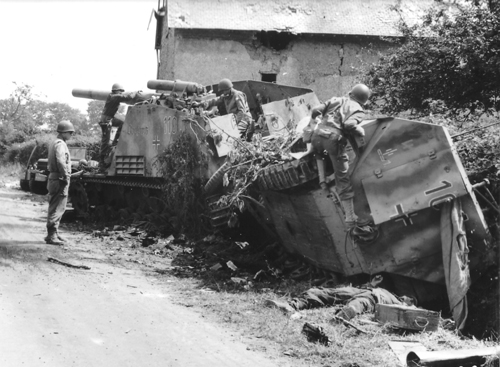 31st of July 1944 – D49 La Coucourie, American soldiers examine some destroyed German armoured vehicles (Source : National Archives USA)