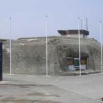 Asnelles, blockhaus et plaque 147th Field Regiment RA