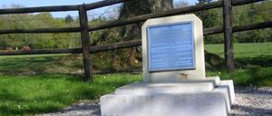 Bréville-les-Monts, monument lettrine