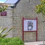 Négreville, panneau crash C47 et plaque Lieutenant Heisler