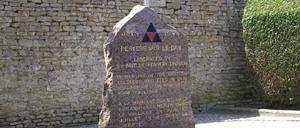 Périers-sur-le-Dan, monument lettrine