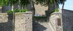 Saint-Georges-Montcocq, monument lettrine