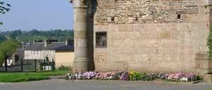 Saint-Hilaire-du-Harcouët, monument lettrine