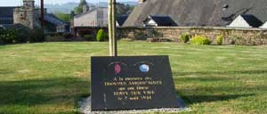 Tessy-sur-Vire, monument lettrine
