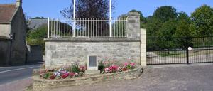 Bény-sur-Mer, monument lettrine