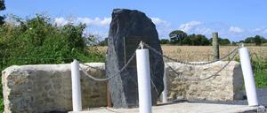 Englesqueville-la-Percée, monument lettrine
