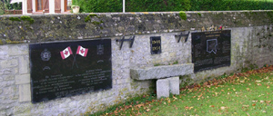 Le Fresne-Camilly, monument lettrine