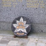 Orbec, stèle soldats canadiens & 8th RECCE