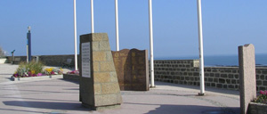 Saint-Aubin-sur-Mer, monument lettrine