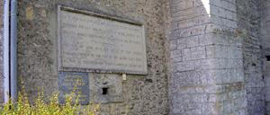 Saint-Côme-de-Fresné, monument lettrine