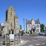 Saint-Sauveur-Lendelin, l'église Saint-Laurent et la mairie