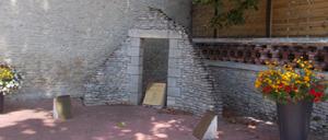 Saint-Aubin-d'Arquenay, monument lettrine