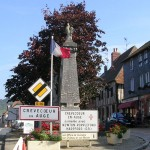 Crevecoeur-en-Auge, le centre ville et le monument aux Morts 14-18