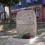 Crevecoeur-en-Auge, stèle du Souvenir français