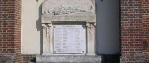 Le Mesnil-Simon, monument lettrine
