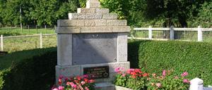 Les Autels-Saint-Bazille, monument lettrine