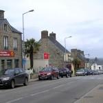 Les Pieux, le centre ville direction Cherbourg