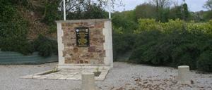 L'Etang-Bertrand, monument lettrine