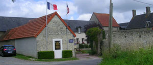 Saint-Côme-du-Mont, monument lettrine