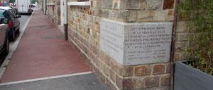 Aunay-sur-Odon, monument lettrine