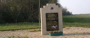 Fierville-Bray, monument lettrine