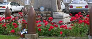 Lonlay-l'Abbaye, monument lettrine