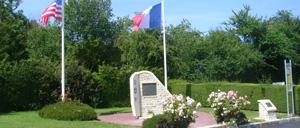 Beuzeville-au-Plain, monument lettrine