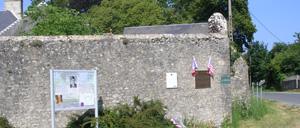 Neuville-au-Plain, monument lettrine