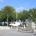 Portbail, la place aux arbres et le monument aux Morts 1914-1918