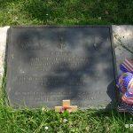 Sainte-Mère-Église, parc mémorial La Fière, plaque Charles DeGlopper
