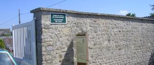 Saint-Martin-des-Entrées, monument lettrine