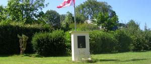 Colomby-sur-Thaon, monument lettrine