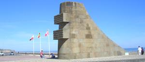 Saint-Laurent-sur-Mer, monument lettrine