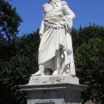 Avranches, statue du général Valhubert