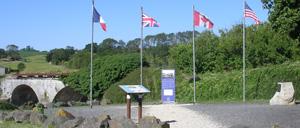 Heugueville-sur-Sienne, monument lettrine