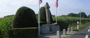 Saint-Mars-d'Égrenne, monument lettrine